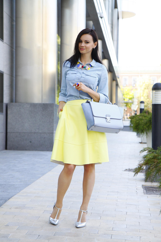 la de una camisa vaquera celeste y una falda amarilla los hace prendas en las
