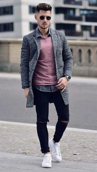 Cómo combinar: vaqueros pitillo desgastados negros, camisa vaquera gris, jersey con cuello circular rosado, abrigo largo gris
