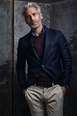 Cómo combinar: pantalón chino en beige, camisa vaquera azul marino, jersey con cuello circular morado oscuro, blazer de lana azul marino