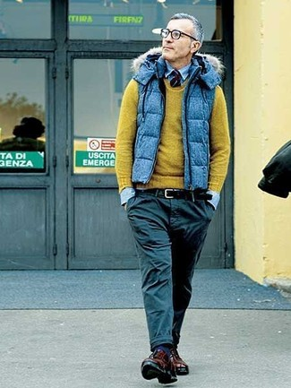Cómo combinar: pantalón chino negro, camisa vaquera celeste, jersey con cuello circular verde oliva, chaleco de abrigo acolchado azul
