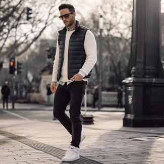 Cómo combinar: vaqueros pitillo negros, camisa vaquera celeste, jersey con cuello circular blanco, chaleco de abrigo negro
