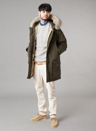Cómo combinar: pantalón chino en beige, camisa vaquera azul, jersey con cuello circular gris, parka verde oliva