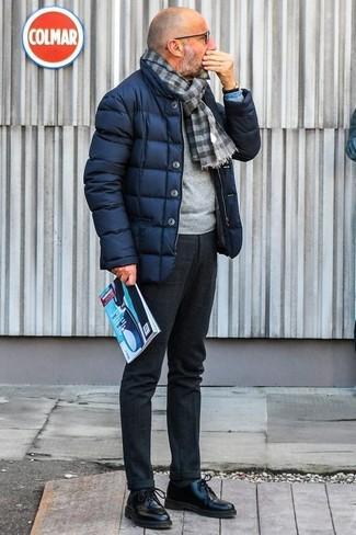 Combinar un pantalón de vestir de lana en gris oscuro: Elige un plumífero azul marino y un pantalón de vestir de lana en gris oscuro para rebosar clase y sofisticación. Zapatos derby de cuero negros son una opción inmejorable para complementar tu atuendo.