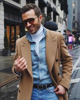 Cómo combinar: vaqueros azules, camisa vaquera celeste, jersey de cuello alto blanco, abrigo largo marrón claro