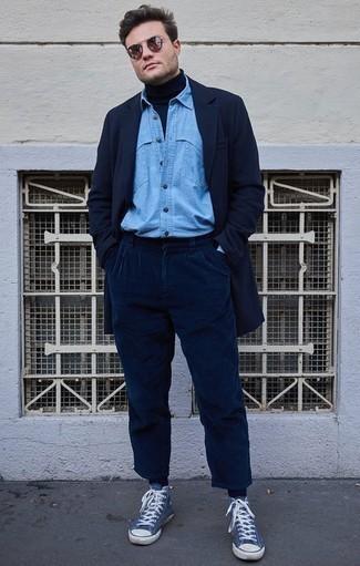 Outfits hombres: Equípate un abrigo largo azul marino junto a un pantalón chino de pana azul marino para lograr un look de vestir pero no muy formal. Zapatillas altas de lona azules contrastarán muy bien con el resto del conjunto.