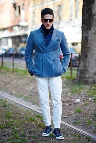 Combinar un pañuelo de bolsillo estampado azul: Considera emparejar un blazer cruzado azul con un pañuelo de bolsillo estampado azul para una vestimenta cómoda que queda muy bien junta. ¿Por qué no añadir zapatillas altas de lona azul marino a la combinación para dar una sensación más relajada?