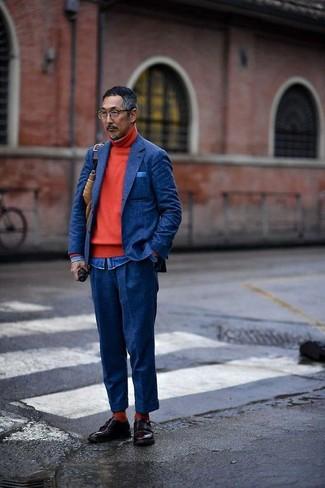 Cómo combinar: pantalón de vestir de lana azul marino, camisa vaquera azul, jersey de cuello alto rojo, blazer de lana azul marino