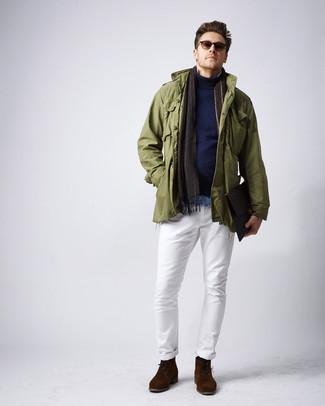 Cómo combinar: pantalón chino blanco, camisa vaquera celeste, jersey de cuello alto azul marino, chaqueta militar verde oliva