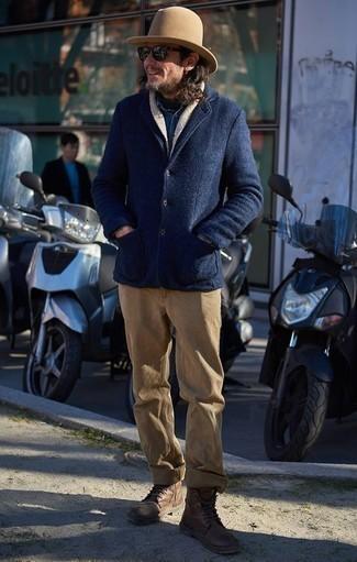 Outfits hombres en clima frío: Ponte un chaquetón azul marino y un pantalón chino marrón claro para las 8 horas. Botas casual de cuero marrónes son una opción excelente para completar este atuendo.