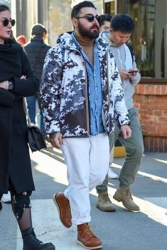 Combinar un chubasquero: Haz de un chubasquero y un pantalón chino blanco tu atuendo para cualquier sorpresa que haya en el día. Con el calzado, sé más clásico y complementa tu atuendo con botas casual de cuero marrónes.