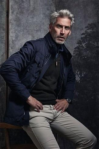 Combinar un reloj de cuero negro: Para un atuendo tan cómodo como tu sillón empareja una chaqueta campo azul marino junto a un reloj de cuero negro.