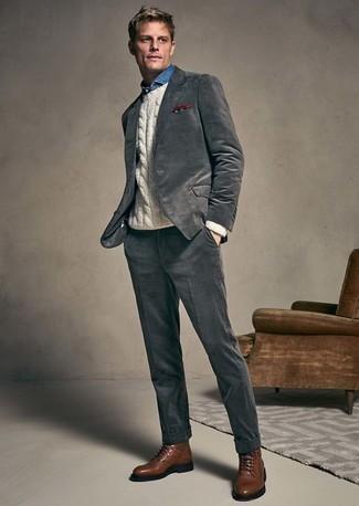 Combinar un jersey de ochos blanco: Emparejar un jersey de ochos blanco con un traje en gris oscuro es una opción incomparable para una apariencia clásica y refinada. Si no quieres vestir totalmente formal, elige un par de botas casual de cuero marrónes.