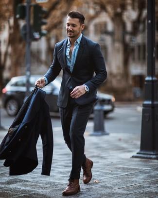 Combinar unas botas brogue de cuero marrónes: Elige un chaquetón azul marino y un traje en gris oscuro para un perfil clásico y refinado. ¿Quieres elegir un zapato informal? Completa tu atuendo con botas brogue de cuero marrónes para el día.