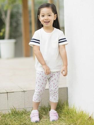 Cómo combinar: camiseta blanca, leggings estampados grises, zapatillas rosadas