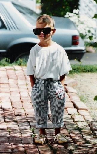 Cómo combinar: camiseta blanca, pantalón de chándal gris, zapatillas en beige