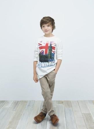 Cómo combinar: camiseta blanca, pantalones en beige, zapatos oxford marrónes