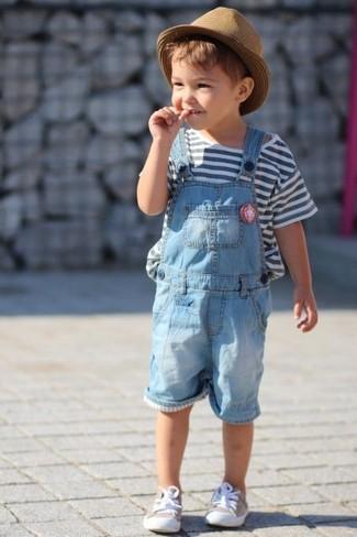 Cómo combinar: camiseta de rayas horizontales blanca, peto celeste, zapatillas en beige, sombrero marrón claro