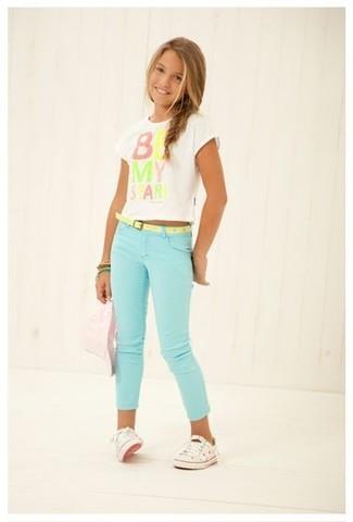 Cómo combinar: camiseta estampada blanca, vaqueros en verde menta, zapatillas blancas, pulsera verde
