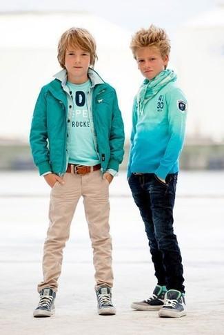 Cómo combinar: vaqueros en beige, camiseta en turquesa, camisa de manga larga vaquera celeste, cazadora de aviador en verde azulado