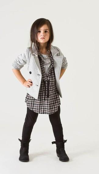 Cómo combinar: leggings negros, camiseta gris, camisa de vestir a cuadros en negro y blanco, blazer gris