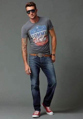 Look de moda Camiseta con Cuello Barco Estampada Gris, Vaqueros Azul Marino, Zapatillas