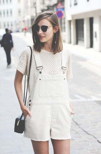 Una camiseta con cuello circular y un peto corto blanco son tu atuendo para salir los días de descanso.