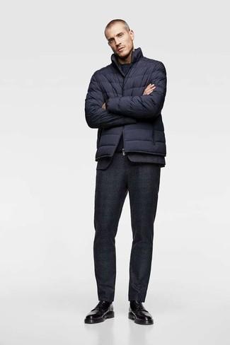 Cómo combinar: zapatos derby de cuero negros, camiseta con cuello circular azul marino, traje de lana negro, plumífero azul marino