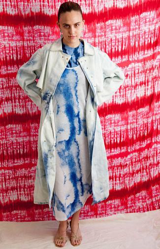 Cómo combinar: sandalias de tacón de cuero doradas, camiseta con cuello circular efecto teñido anudado azul, vestido de tirantes efecto teñido anudado azul, gabardina efecto teñido anudado celeste