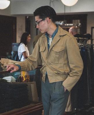 Cómo combinar: pantalón de vestir en gris oscuro, camiseta con cuello circular blanca, camisa de manga larga de cambray azul, chaqueta campo marrón claro