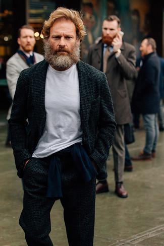 Cómo combinar: camiseta con cuello circular blanca, jersey con cuello circular azul marino, traje de lana en gris oscuro