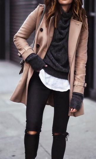 Cómo combinar: vaqueros pitillo desgastados negros, camiseta con cuello circular blanca, jersey con cuello vuelto holgado en gris oscuro, chaquetón marrón claro