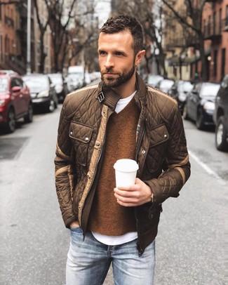 Cómo combinar: vaqueros azules, camiseta con cuello circular blanca, jersey de pico marrón, cazadora de aviador acolchada marrón