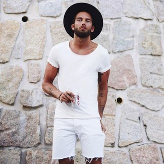 Cómo combinar: camiseta con cuello circular blanca, pantalones cortos vaqueros blancos, sombrero de lana negro