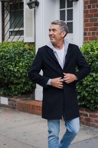 Outfits hombres en otoño 2020 estilo casuale: Elige un abrigo largo azul marino y unos vaqueros celestes para lograr un estilo informal elegante. Este look es excelente para llevarlo en días en otoño y fácil de copiar.