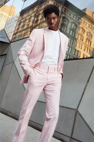 Cómo combinar: camiseta con cuello circular blanca, traje rosado