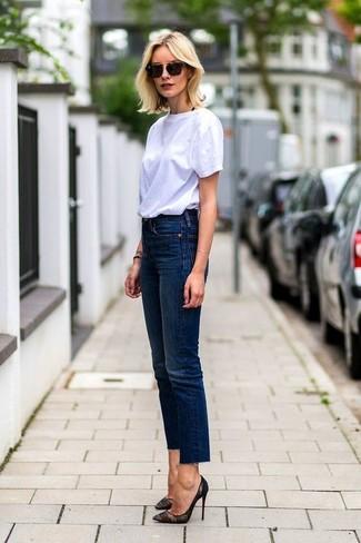 Cómo combinar: camiseta con cuello circular blanca, vaqueros azul marino, zapatos de tacón de encaje negros