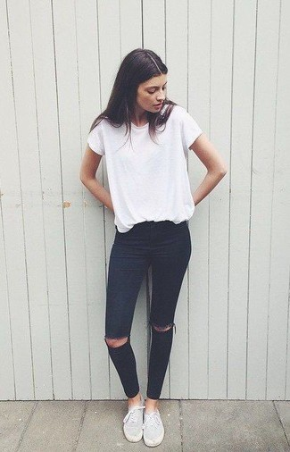 Look de moda: Camiseta con Cuello Circular Blanca, Vaqueros Pitillo Desgastados Negros, Tenis de Lona Grises