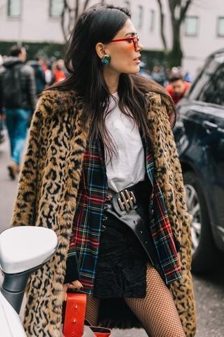 Cómo combinar: minifalda de ante negra, camiseta con cuello circular blanca, blazer de tartán en multicolor, abrigo de piel de leopardo marrón claro