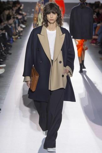 Cómo combinar: pantalones anchos negros, camiseta con cuello circular blanca, blazer de lana en beige, abrigo azul marino