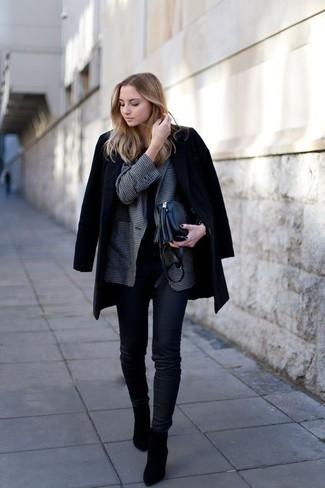Cómo combinar: vaqueros pitillo negros, camiseta con cuello circular negra, blazer de cuadro vichy en gris oscuro, abrigo negro