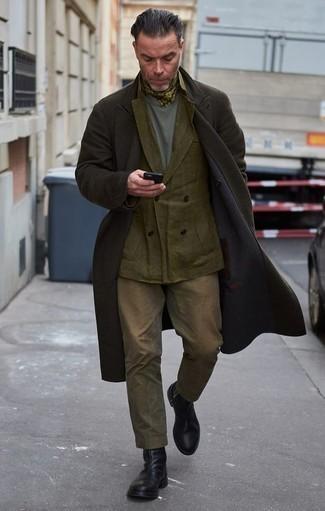 Combinar una bandana verde oliva: Emparejar un abrigo largo negro con una bandana verde oliva es una opción inigualable para el fin de semana. Con el calzado, sé más clásico y usa un par de botines chelsea de cuero negros.