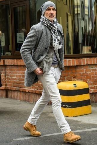 Combinar un blazer de pata de gallo gris: Intenta combinar un blazer de pata de gallo gris junto a un pantalón chino blanco para lograr un estilo informal elegante. ¿Quieres elegir un zapato informal? Elige un par de botas de trabajo de ante marrón claro para el día.