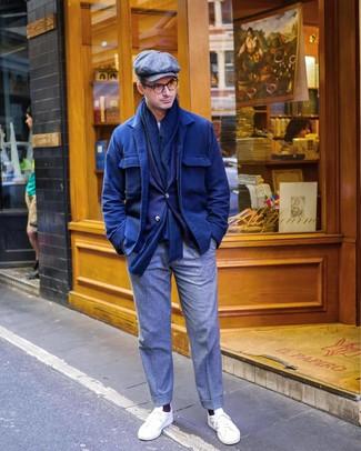 Combinar una chaqueta estilo camisa de lana azul marino: Haz de una chaqueta estilo camisa de lana azul marino y un pantalón de vestir de lana gris tu atuendo para rebosar clase y sofisticación. Si no quieres vestir totalmente formal, elige un par de tenis blancos.