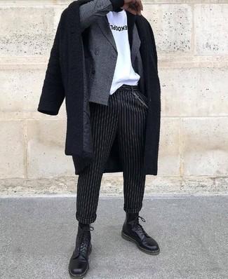 Cómo combinar: pantalón de vestir de rayas verticales negro, camiseta con cuello circular estampada en blanco y negro, blazer cruzado a cuadros gris, abrigo largo negro