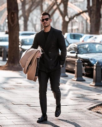 Cómo combinar: pantalón de vestir negro, camiseta con cuello circular negra, blazer cruzado negro, abrigo largo marrón claro