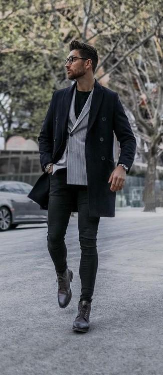 Combinar unos vaqueros pitillo negros: Usa un abrigo largo azul marino y unos vaqueros pitillo negros para una apariencia fácil de vestir para todos los días. ¿Te sientes ingenioso? Dale el toque final a tu atuendo con botas formales de cuero en marrón oscuro.