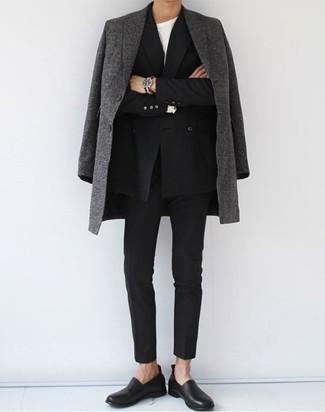 Combinar un blazer cruzado en clima frío: Elige un blazer cruzado y un pantalón chino negro para las 8 horas. Con el calzado, sé más clásico y elige un par de mocasín de cuero negro.
