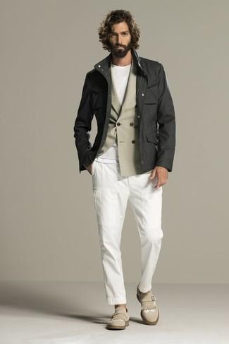 Combinar unos zapatos con doble hebilla de ante en beige: Intenta combinar una chaqueta campo en gris oscuro con un pantalón chino blanco para un almuerzo en domingo con amigos. Con el calzado, sé más clásico y elige un par de zapatos con doble hebilla de ante en beige.