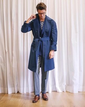Cómo combinar: pantalón de vestir de lana gris, camiseta con cuello circular de rayas horizontales en blanco y azul marino, blazer cruzado de lana azul marino, gabardina azul marino