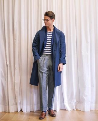 Cómo combinar: pantalón de vestir de lana gris, camiseta con cuello circular de rayas horizontales en blanco y azul marino, blazer de lana azul marino, gabardina azul marino